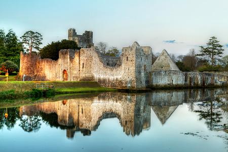 Ruins of the castle in Adare, Co. Limerick, Ireland Foto de archivo