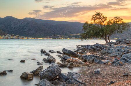 paisaje mediterraneo: Increíble puesta de sol en la bahía de Mirabello en Creta, Grecia Foto de archivo