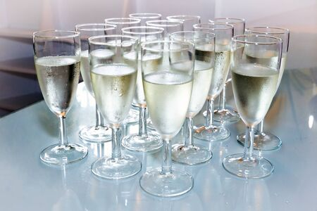 brindisi spumante: Vetri con champagne sul tavolo partito