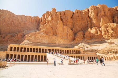 Turistas en el templo mortuorio de la reina Hatshepsut situado cerca del Valle de los Reyes, Egipto