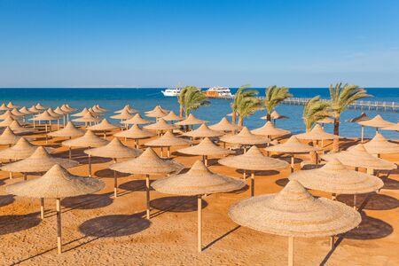 ombrelloni egiziani sulla spiaggia di Mar Rosso