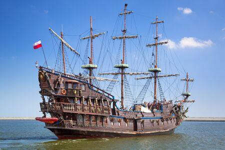 Piratenschiff auf dem Wasser der Ostsee in Gdynia