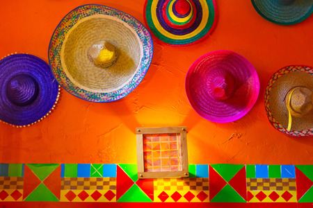 chapeau de paille: sombreros mexicains sur le mur Banque d'images