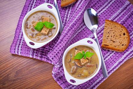 croutons: Mushroom soup with potato and croutons