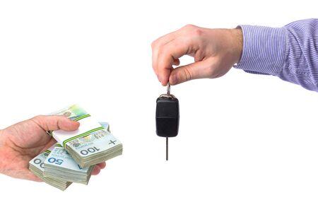 Kopende nieuwe auto met contant geldconcept over witte achtergrond