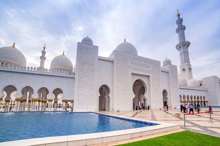 zayed: Sheikh Zayed Grand Mosque in Abu Dhabi, United Arab Emirates Editorial