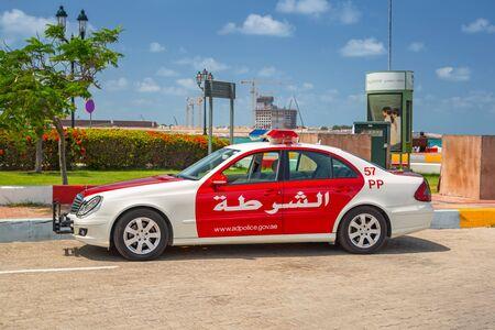 Polizeiauto auf der Straße von Abu Dhabi