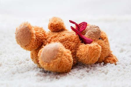 ni�os abandonados: oso de peluche olvidado dej� en la alfombra