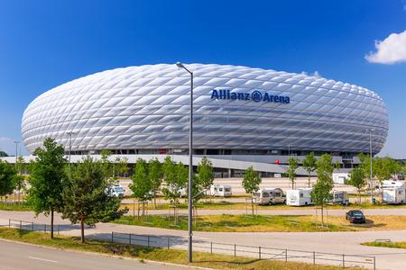Allianz Arena stadion op een zonnige dag in München, Duitsland