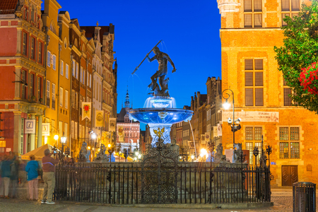neptuno: Fountain of the Neptune in old town of Gdansk at night