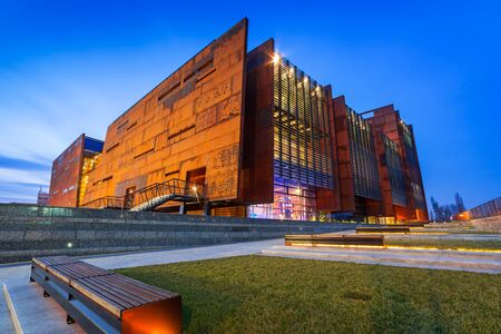 solidaridad: edificio de acero oxidado del Centro Europeo de Solidaridad en Gdansk, Polonia Editorial