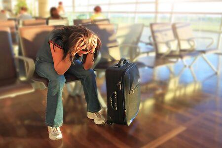 flucht: Deprimierte Frau, für die verzögerte Flugzeug wartet