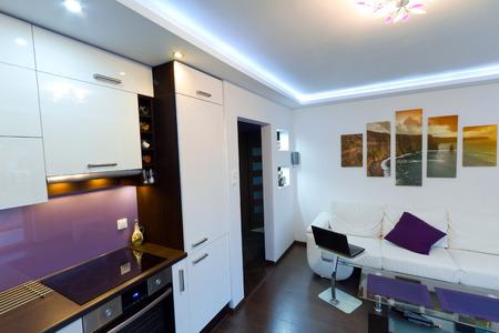 Moderne woonkamer interieur met keuken Stockfoto