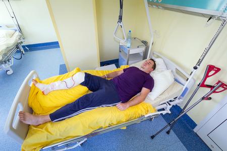 kneecap: Man sleeping on bed after arthroscopic surgery
