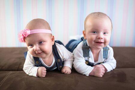jumeaux de bébé heureux portrait