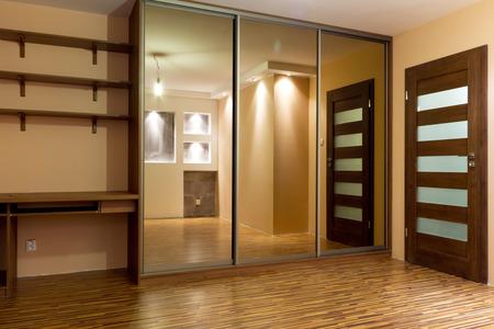 ワードローブと近代的なアパート インテリア 写真素材