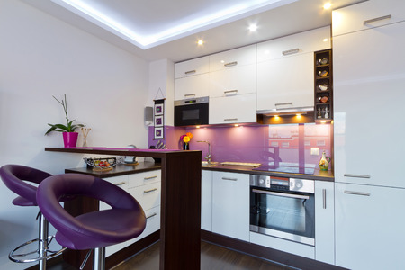 cuchillo de cocina: Interior moderno de la cocina blanca