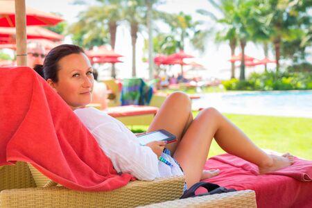 fiestas electronicas: Mujer con el libro electrónico en vacaciones de verano