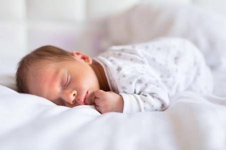 침대에서 잠을 신생아 아기