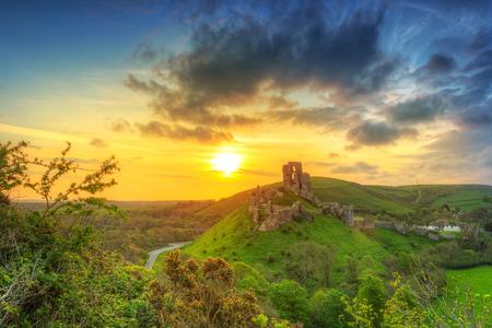 Ruïnes van het kasteel Corfe bij mooie zonsopgang in het graafschap Dorset, UK