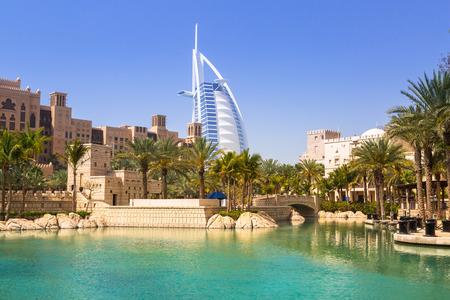 millonario: DUBAI, UAE - 1 DE ABRIL DE 2014: Vista de hotel Burj Al Arab de Madinat Jumeirah en Dubai, EAU. Burj Al Arab con 321 metros de altura es el más lujoso hotel de 7 estrellas y un símbolo de la moderna Dubai.
