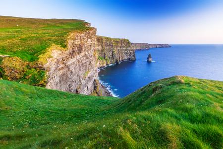 夕暮れクレア州、アイルランドのモハーの断崖 写真素材 - 64891424
