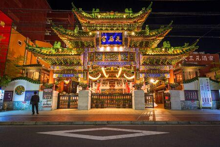 ortseingangsschild: YOKOHAMA, JAPAN - NOVEMBER 7, 2016 : The Ma Zhu Miao temple in Chinatown district of Yokohama at night, Japan. Ma Zhu Miao is the largest Chinese temple in Yokohama, the largest Chinatown in Asia.