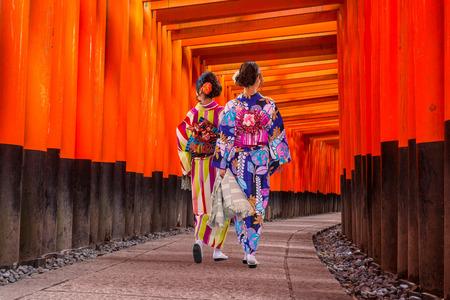 Women in traditional japanese kimonos walking at Fushimi Inari Shrine in Kyoto, Japan Stockfoto