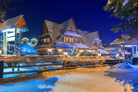 Houten architectuur van Zakopane bij sneeuwnacht, Polen
