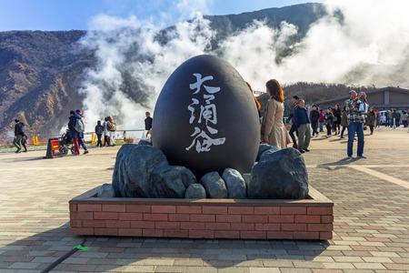 HAKONE, JAPAN - NOVEMBER 7, 2016: Tourists at the volcanic valley of Owakudani in Japan. Owakudani has many active sulphur vents and hot springs in Hakone, Japan. Redactioneel
