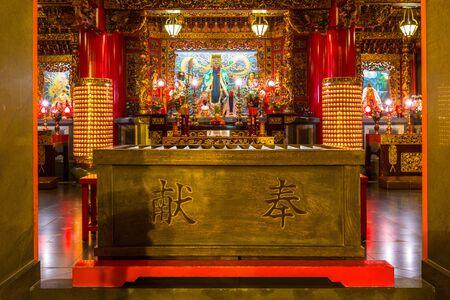 ortseingangsschild: YOKOHAMA, JAPAN - NOVEMBER 7, 2016 : The Kwan Tai Temple in Chinatown district of Yokohama at night, Japan. Chinatown of Yokohama is the largest chinatown in Asia.