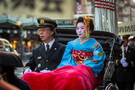 京都市、日本 - 2016 年 11 月 11 日: 麻衣子女性、通りをパレードし、京都での見習い芸者。京都は 1000 年以上の旧日本帝国の首都でした。