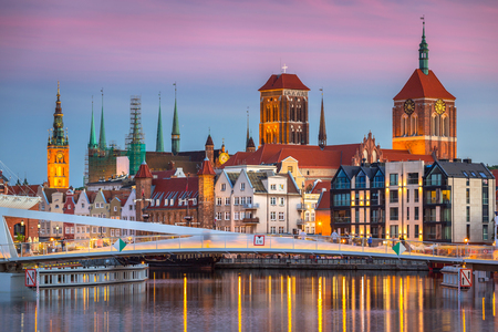 Old town in Gdansk and catwalk over Motlawa river at sunset, Poland Stockfoto