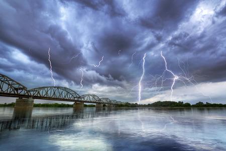 ポーランドのヴィスワ川の上の夏の雷雨