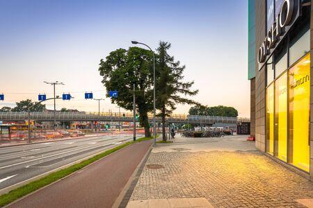 GDANSK, POLONIA - 11 DE AGOSTO DE 2017: Semáforos de la avenida de Grunwaldzka en Gdansk en la puesta del sol, Polonia. La avenida Grunwaldzka es la principal arteria de transporte de Tri-City.