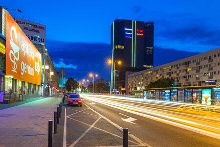paso de peatones: GDANSK, POLONIA - 11 DE AGOSTO DE 2017: Semáforos de la avenida de Grunwaldzka en Gdansk en la noche, Polonia. La avenida Grunwaldzka es la principal arteria de transporte de la Tri-City. Editorial