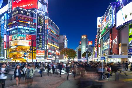 TOKYO, GIAPPONE - 12 NOVEMBRE 2016: Shibuya attraversa a Tokyo la notte, Giappone. L'attraversamento di Shibuya è uno dei crosswalk più trafficati del mondo. Archivio Fotografico - 84765864