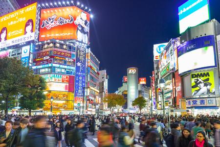 TOKIO, JAPÓN - 12 de noviembre de 2016: Shibuya cruzar el cruce de Tokio en la noche, Japón. Shibuya Crossing es uno de los cruces peatonales más concurridos del mundo.