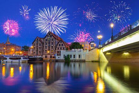 Fogos de artifício de anos novos na cidade de Bydgoszcz sobre o rio Brda, na Polônia
