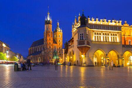 Главная площадь Старого города в Кракове в сумерках, Польша