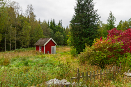 Houten rode cottage huizen in landschap van Zweden Stockfoto