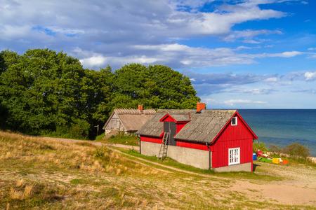 Rotes Häuschenhaus Am Strand Von Ostsee In Schweden ...