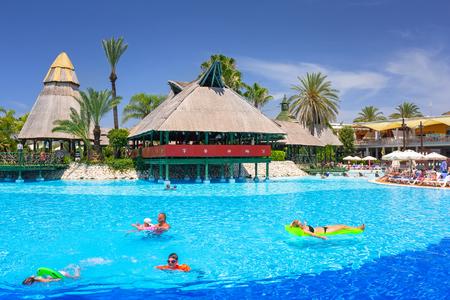 Seite, Türkei - 12. Juni 2018: Schöner Poolbereich des TT Pegasos World Resorts nahe Seite, Türkei. Das Pegasos World Hotel ist ein 4-Sterne-Resort mit 9600 Quadratmetern Poolfläche. Editorial