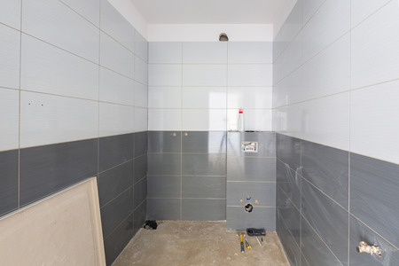Nouveaux carreaux dans l'intérieur de la salle de bain