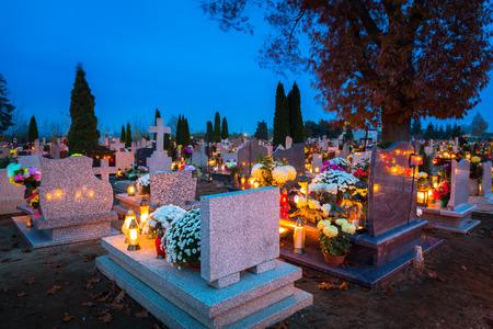 Velas de colores en el cementerio en el Día de Todos los Santos, Polonia Foto de archivo