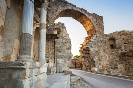 Vespasian gate to the ancient city of Side, Turkey Imagens