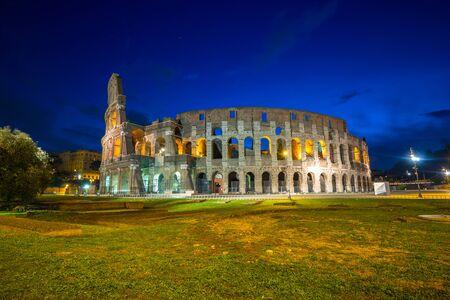 Il Colosseo illuminato di notte a Roma, Italia Archivio Fotografico