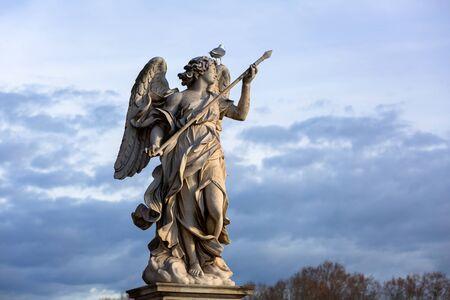 Statua di angelo sul ponte di Sant'Angelo sul fiume Tevere a Roma, Italy