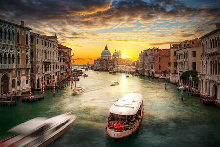 Beautiful sunset over the Venice city with Santa Maria della Salute Basilica, Italy Standard-Bild