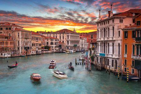 Beau coucher de soleil sur le Grand Canal dans la ville de Venise, Italie Banque d'images